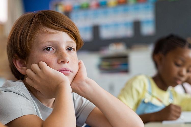 Weit verbreitet bei Kindern im Grundschulalter: chronische Mittelohr-Schwerhörigkeit.