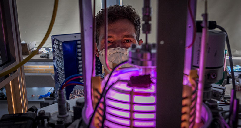 """Projekt-Mitarbeiter Christian Rößler erforscht in """"Camerado"""", wie Ionentriebwerke kostengünstiger und effizienter werden können."""