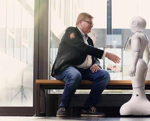 """Die Forschenden sind sich einig: Digitalisierung darf nicht am Menschen vorbei entwickelt werden. Mensch und Technik müssen vielmehr """"Hand in Hand"""" arbeiten."""