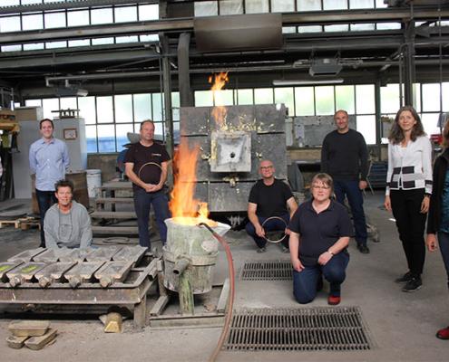 Ein Forschungsteam der TH Köln unter der Leitung von Prof. Dr. Danka Katrakova-Krüger (2.v.r.) und Prof. Dr. Christian Wolf (1.v.l.) entwickelt gemeinsam mit der Martin-Luck Metallgießerei e.K. eine Schleudergussmaschine mit intelligenter Anlagentechnik.
