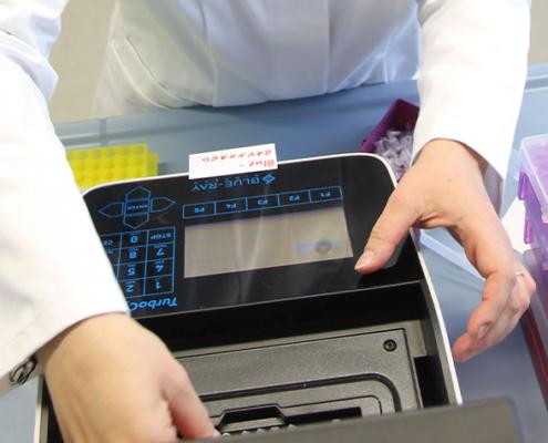 """Im Forschungsprojekt """"Oberflächendisplay von Enzymen als Plattformtechnologie"""" arbeiten Wissenschaftler der Technischen Hochschule Mittelhessen daran, den Einsatz solcher Biokatalysatoren zu vereinfachen und komfortabler zu gestalten."""