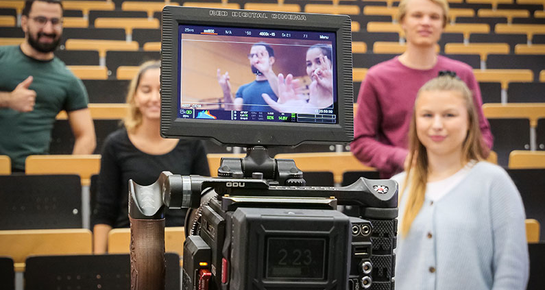 An einem halben Drehtag wurden die Power Break Clips mit den THM-Studierenden Timur Eroglu, Gonca Firat, Johannes Gärtner, Viktoria Münch (v.l.), Anne Schlumbohm und Patrick Wirth (nicht im Bild) produziert.
