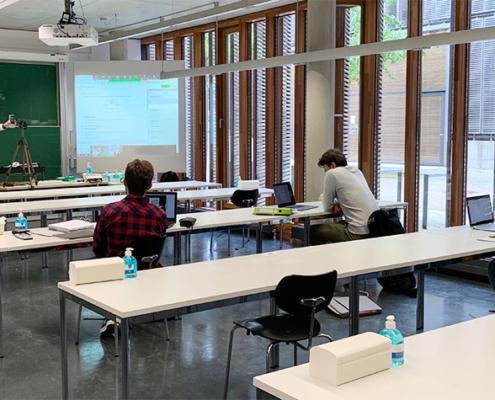 Im Gegensatz zur digitalisierten Lehre führt die Haptik der Tafel zur Entschleunigung – Studierende können den Prozess mitverfolgen und direkt in den Austausch gehen. Prof. Marcus Liebschner wendet dieses Konzepz bereits an.