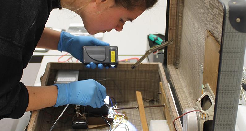 """Ein Forschungsteam der TH Köln untersuchte die Erhaltung und Präsentation der Rauminstallation """"Thermoelektronisches Kaugummi"""" von Wolf Vostell anhand des Decision-Making Models."""