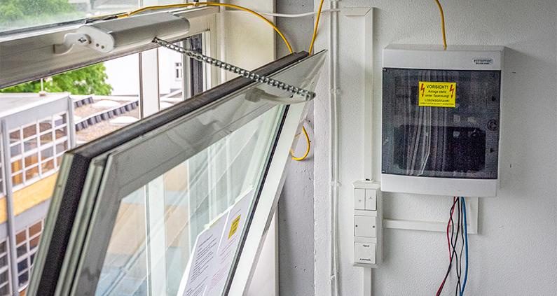 Ein Kipp-Fensteröffner und ein Ventilator bilden das Herzstück eines von THM-Forschern entwickelten, automatischen Lüftungssystems für Seminar- und Klassenräume.