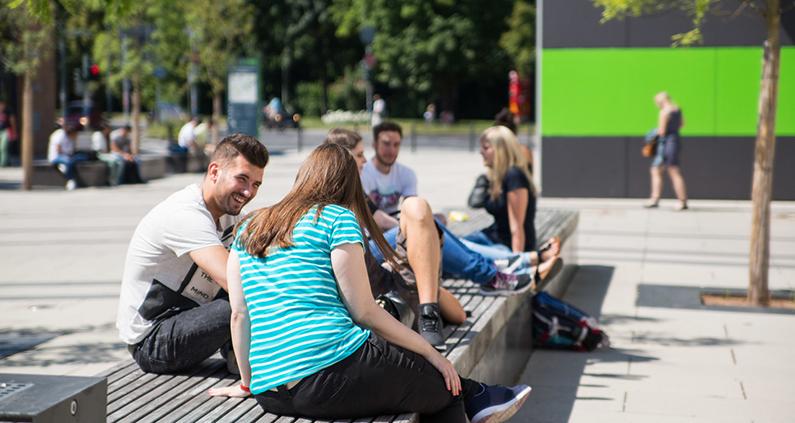 Die Wiesenstraße in Gießen war lange Monate meist menschenleer – mit einem Konzept für einen sicheren Studienbetrieb mit mehr Präsenz kann sie wieder belebter werden.