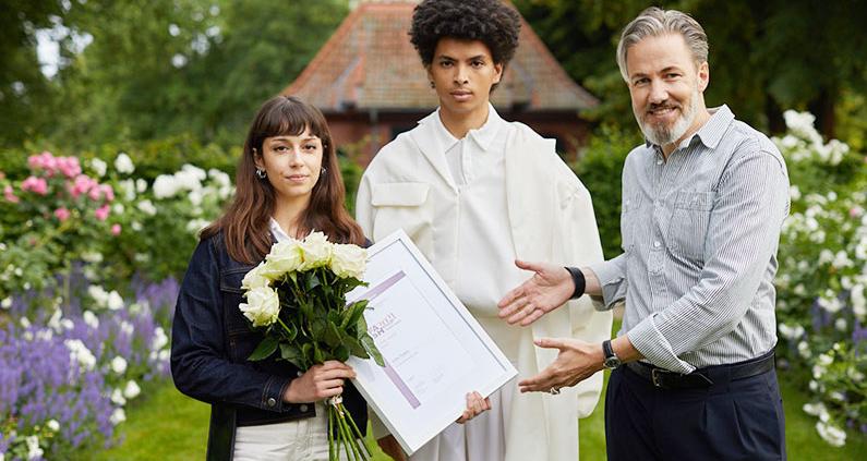 Die Absolventinnen Aylin Tomta und Erato Fotopoulos vom Fachbereich Gestaltung der Studienrichtung Mode erreichen jeweils den ersten Platz bei dem Nachwuchswettbewerb.