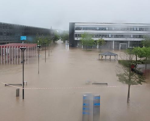 Blick Richtung Haupteingang von dem verglasten Übergang auf den überfluteten Campus in Rheinbach.
