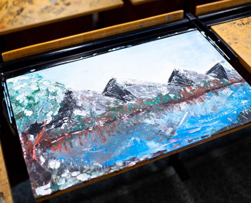 Was steckt hinter den Kunstwerken auf Tischen und Notizzetteln, und was passiert dabei in unserem Kopf?