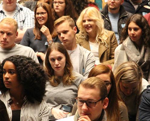 Bis die Erstsemester an der THM wieder gemeinsam in der Gießener Kongresshalle ihren Weg ins Studium beginnen, wird es noch dauern. Dass der Start dennoch klappt, dafür tut die THM alles. Dabei wird auch das Landesprogramm zur Verbesserung von Studium und Lehre helfen.