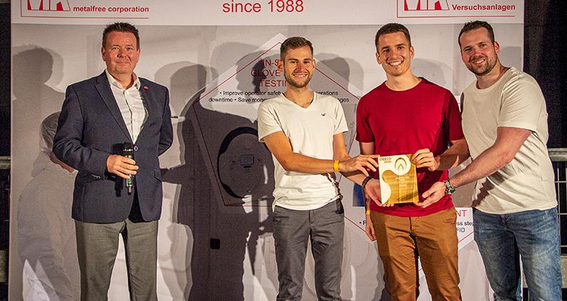Den Hauptpreis des THM-Ideeco erhalten (v.r.) Joshua Prim, Sebastian Wegener und Nils Gumpfer von CardioIQ aus den Händen von Markus Mietchen, der die Sparkasse Oberhessen als Hauptsponsor vertritt.