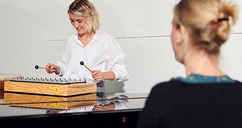 """Seit dem Sommersemester 2019 bietet Prof. Dr. Juliane Gerland den Qualifizierungsbereich """"Musikalische Bildung"""" für Bachelorstudierende am Fachbereich Sozialwesen der FH Bielefeld an."""