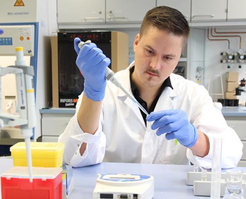 Doktorand Lucas Becker misst die Zellzahl des Bakterienstamms Cupriavidus nectar.