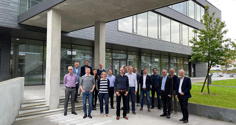 """Für den Wissenstransfer aus der Forschung in die Praxis trafen sich die Mitglieder des Netzwerks """"UltraKurzPulsLaser (UKPL)"""" um Prorektor Prof. Dr. Harald Riegel (rechts) an der Hochschule Aalen."""