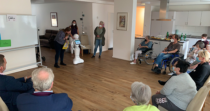In unserem Projekt GeneRobot unterstützen wir Seniorinnen und Senioren in betreuten Wohnformen beim Umgang mit neuen digitalen Techniken.