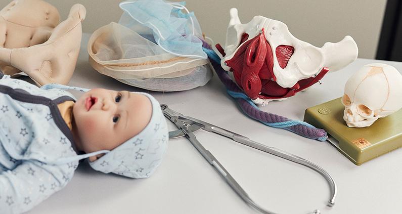 Babypuppen, Modelle von Becken und Plazentas, Säuglingsausstattung – die innovativen Lernräume für den neuen Hebammenstudiengang an der FH Bielefeld füllen sich.