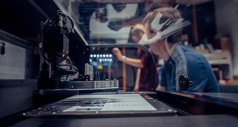 Mit Hilfe eines 3D-Druckers modifizieren die SmartPro-Forschenden der Hochschule Aalen LEDs so, dass ihre Energie effizient genutzt und keiner geblendet wird.