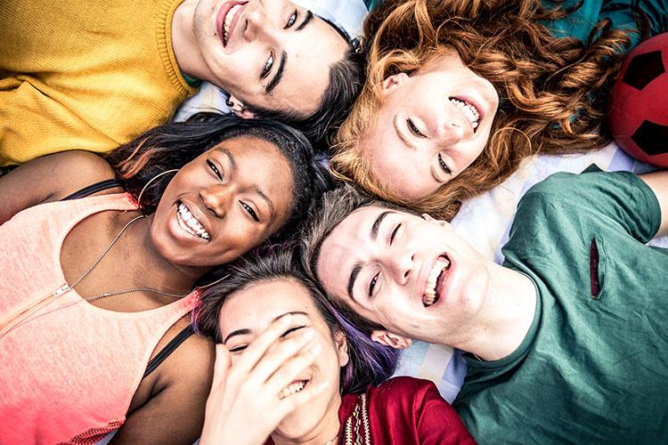 Nahaufnahme von lachenden Jugendlichen.