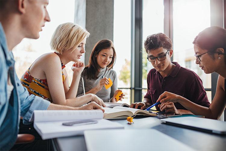 Studierende in einer Lerngruppe.